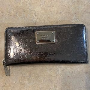 Michael Kors Leather Metallic Wallet. Like new!!
